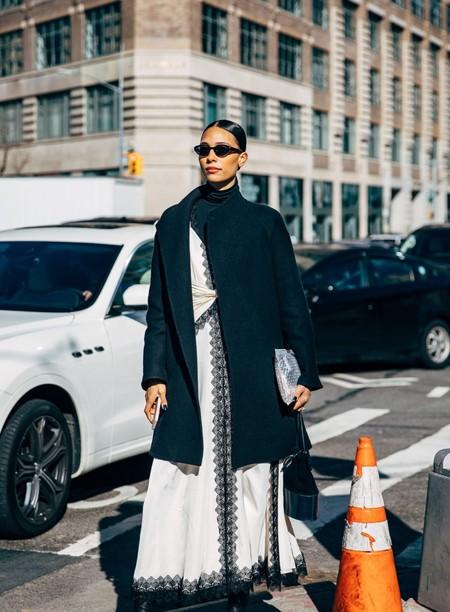 cómo combinar un abrigo negro