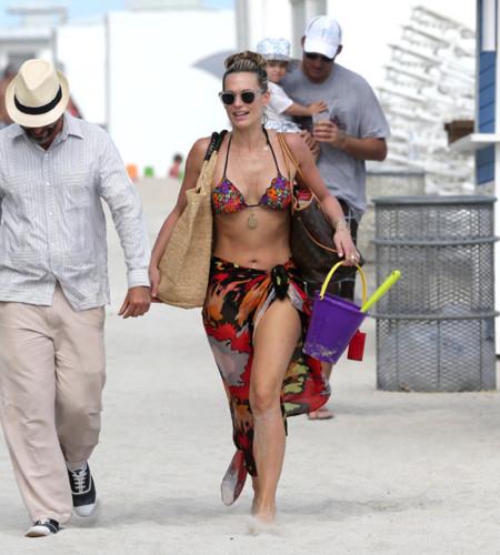 Molly Sims famosas playa bikini
