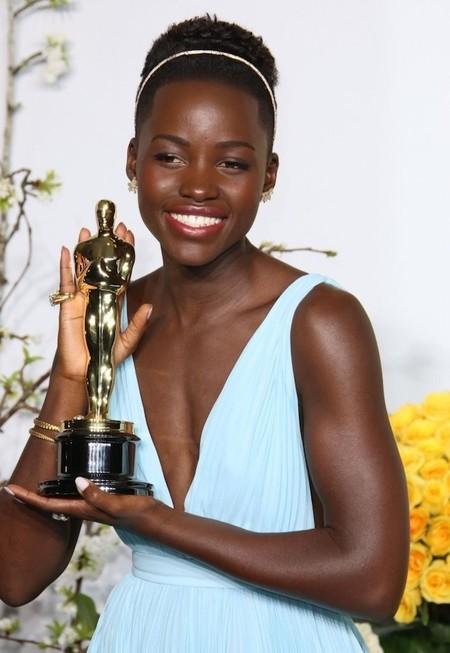 Lupita Nyong'o confió en Deborah Lippmann para su manicura en los Oscar 2014