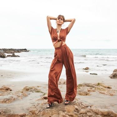 Ariadne Artiles nos recuerda la elegancia de un pantalón palazzo gracias a un combo firmado por una marca española
