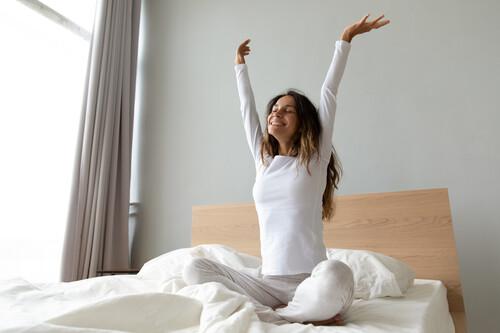 Cuida tu espalda en casa: cinco ejercicios para estirar la columna lumbar que puedes hacer sin material