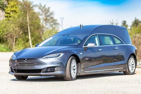 Tesla Model S Convertido En Carroza Funebre 6