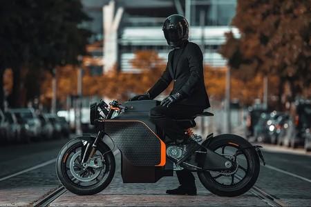 No es broma: si pagas 70.000 euros por esta moto eléctrica te dan un cuchillo y un traje de regalo