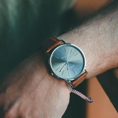 Éstos relojes demuestran que el color marrón también se lleva (con elegancia pura) en los accesorios de otoño