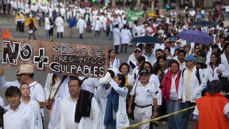 Dictan libertad al doctor acusado de homicidio doloso después de una operación en Oaxaca, México