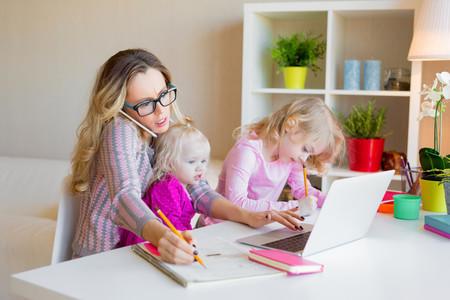 La ilustración que muestra el otro lado del teletrabajo con niños: el esfuerzo de los padres para no fallar en sus trabajos