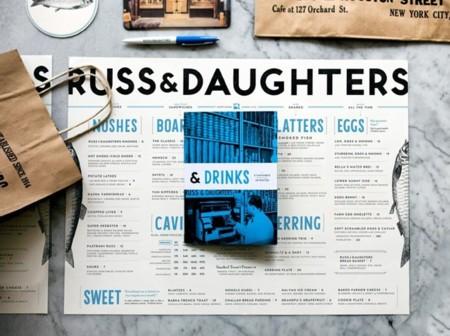 Fachada, interior, carta, packaging y marca, todo a juego en Russ and Daughters Cafe de Nueva York