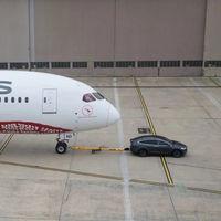 Con puro poder eléctrico, el Tesla Model X remolca un Boeing 787-9 Dreamliner de 130 toneladas