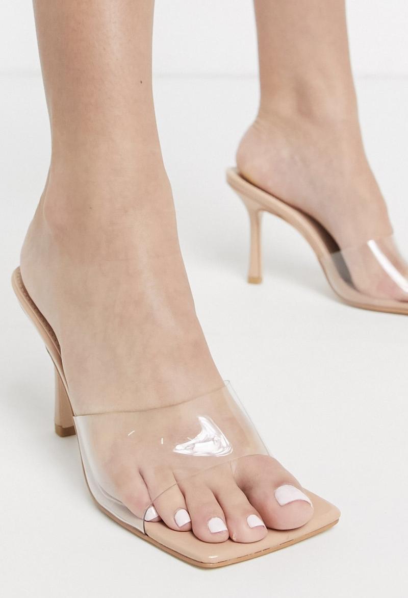 Sandalias chinelas con puntera cuadrada y exterior transparente beis Harlow de Public Desire