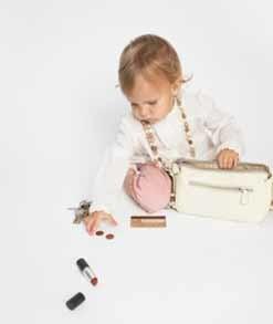 Inspeccionando el bolso de mamá
