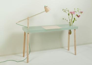 Una preciosa mesa de resina con lámpara y jarrón incorporados