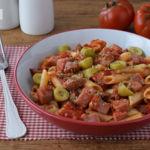 Pasta con atún salteado en salsa de tomate picante. Receta saludable