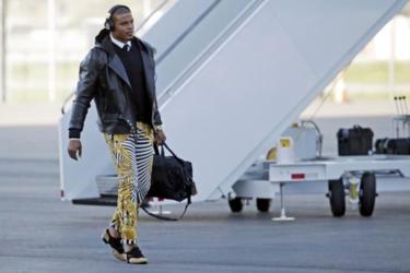 Cam Newton comienza la semana de la Super Bowl luciendo estos pantalones de cebra y oro