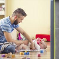 El permiso de paternidad de cinco semanas no entrará en vigor mañana como estaba previsto