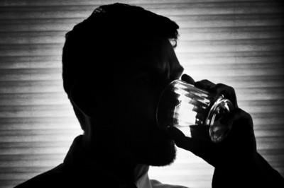 Beber alcohol en exceso, también vinculado al dolor de espalda