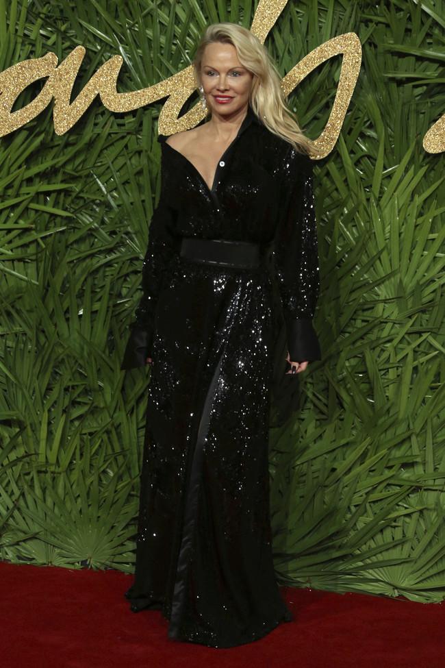 british fashion awards alfombra roja Pamela Anderson